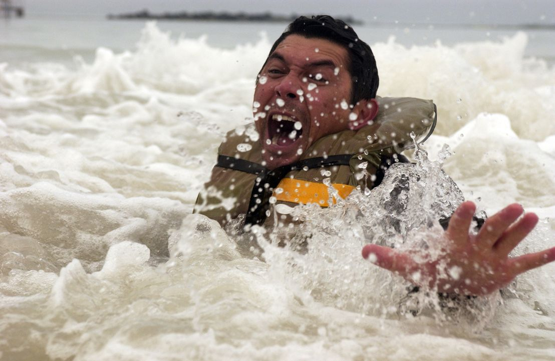 Während seine alle Kollegen in der tobenden Sargasso See ertrinken, gelingt es Meeno (Lou Diamond Phillips), sich zu retten. Doch er kann und will... - Bildquelle: The Sci-Fi Channel