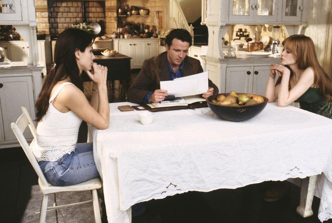 Wird Sheriff Gary (Aidan Quinn, M.) mit der Vergangenheit aufräumen und Anti-Liebes-Fluch von Sally (Sandra Bullock,l.) und Gillian Owens (Nicole K... - Bildquelle: Warner Brothers