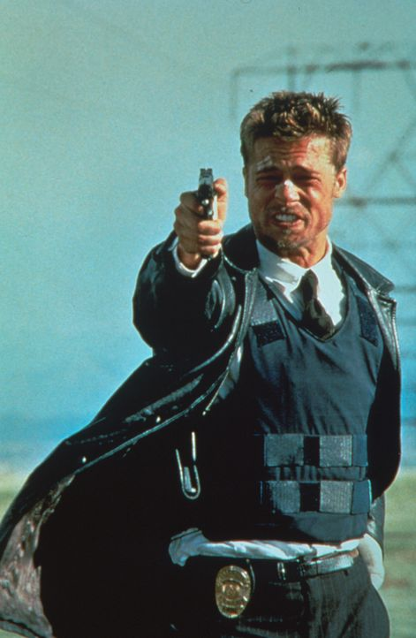 Im Visier des Bösen: Der junge Polizist David Mills (Brad Pitt) fällt der eiskalten Strategie des Mörders zum Opfer ... - Bildquelle: Constantin Film