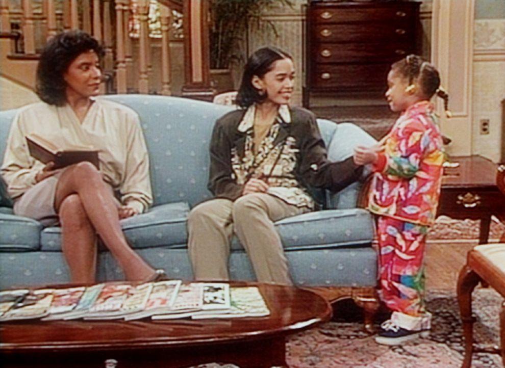 Denise (Lisa Bonet, M.) demonstriert Clair (Phylicia Rashad, l.), wie Olivia (Raven Symone, r.) bei Onkel Wilton das Einmaleins mit Hilfe eines Raps... - Bildquelle: Viacom
