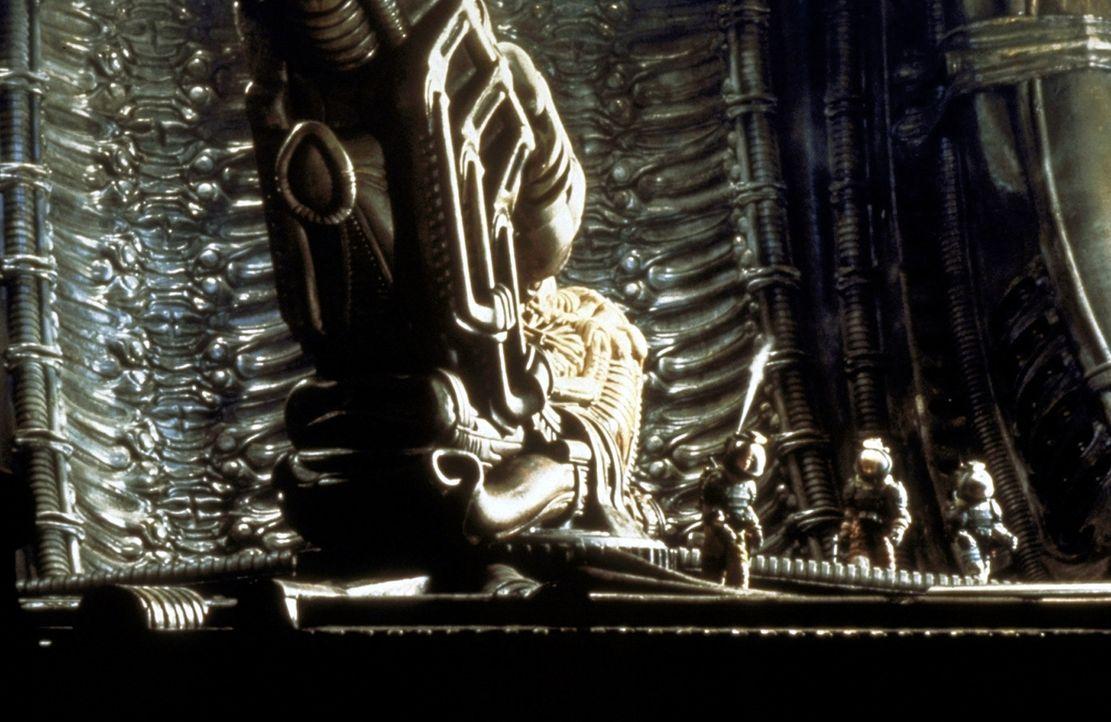 Im Innern des Raumschiffs befinden sich die Überreste eines riesigen fremden Wesens ... - Bildquelle: 20th Century Fox of Germany