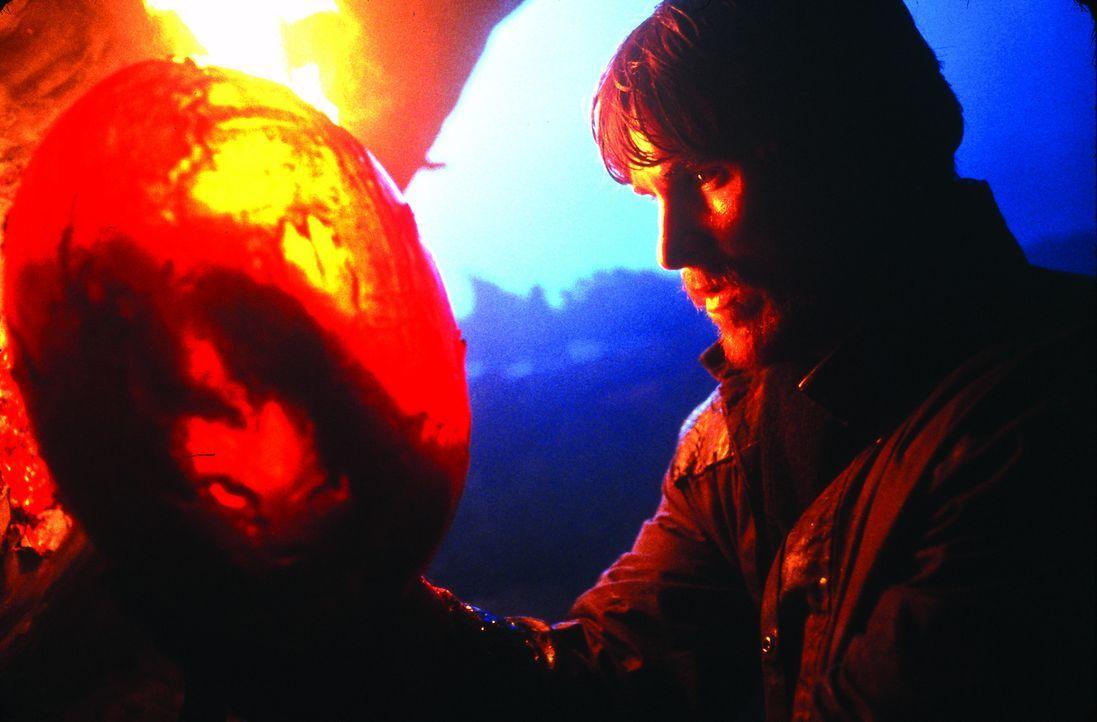 Eines Tages entdeckt Quinn (Christian Bale) ein Nest mit riesigen Dracheneiern ... - Bildquelle: Touchstone Pictures und Spyglass Entertainment Group, LP Im Verleih der Buena Vista International
