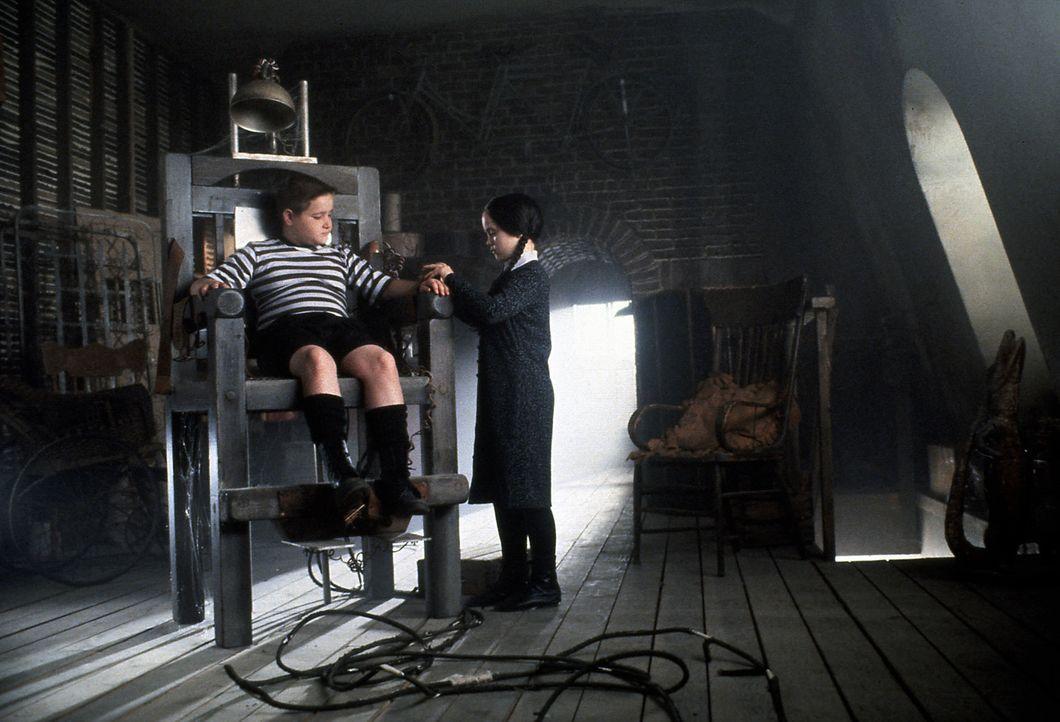 Die Kinder der Addams Family, Pugsley (Jimmy Workman, l.) und Wednesday (Christina Ricci, r.), spielen nicht miteinander wie normale Kinder. Sie ver... - Bildquelle: Paramount Pictures Global