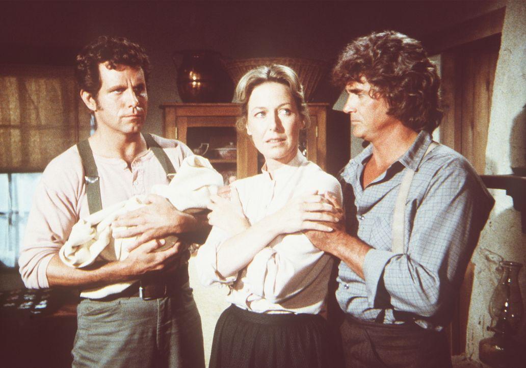 Caroline (Karen Grassle, M.) und Charles Ingalls (Michael Landon, r.) sind glücklich, daß der schwarze Arzt Nathans (John Shearin, l.) Baby und se... - Bildquelle: Worldvision