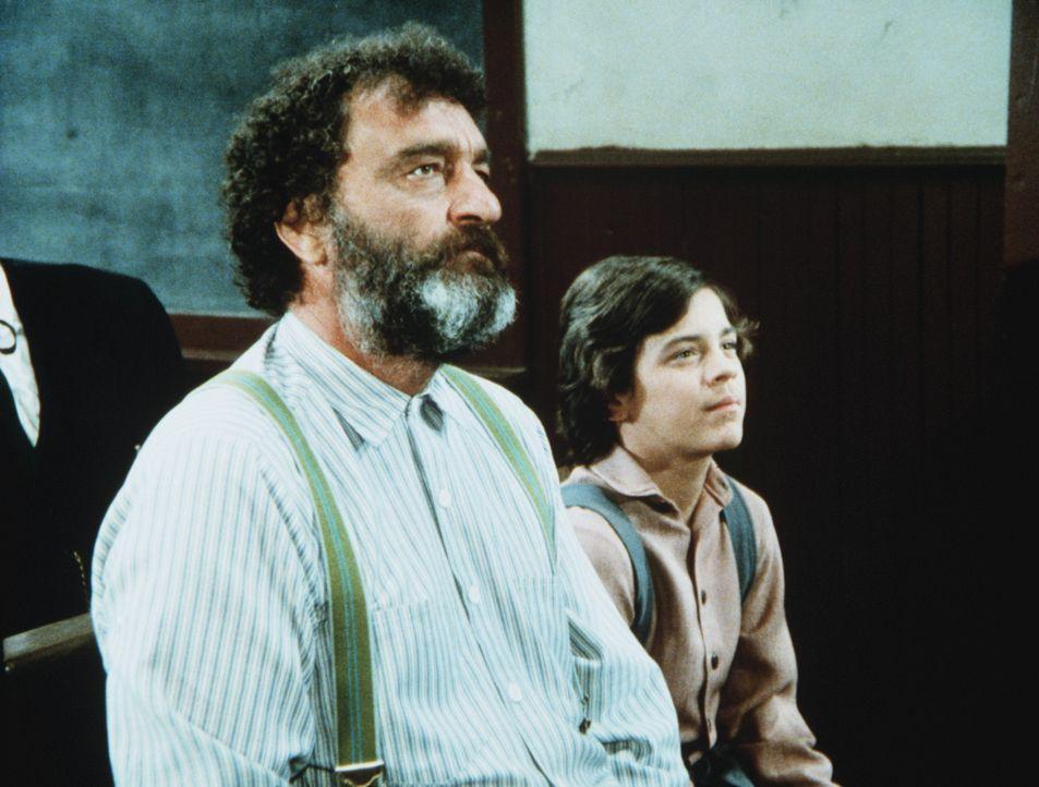 Mr. Edwards (Victor French, l.) und Matthew (Jonathan Hall Kovacs, r.) erwarten gespannt das Urteil im Sorgerechtsprozess um den Jungen. - Bildquelle: Worldvision