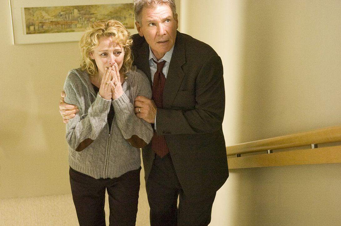 Können nicht glauben, dass Bill Cox nicht davor zurückschreckt, seine eigene Leute umzubringen, um sein Ziel zu verfolgen: Beth (Virginia Madsen, l.... - Bildquelle: Warner Bros. Pictures