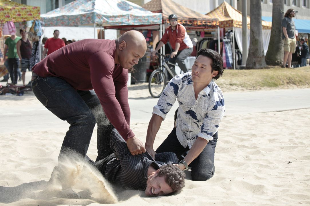 Haben sie den Täter oder einen Unschuldigen gefasst? Sam (LL Cool J, l.) und Chin (Daniel Dae Kim, r.) - Bildquelle: CBS Studios Inc. All Rights Reserved.