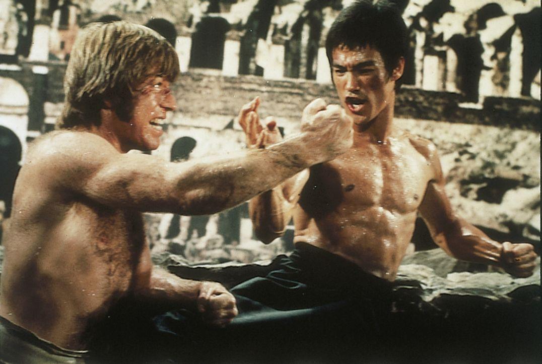 Colt (Chuck Norris, l.); Tang Lung (Bruce Lee, r.) - Bildquelle: 2019 Universum Film GmbH