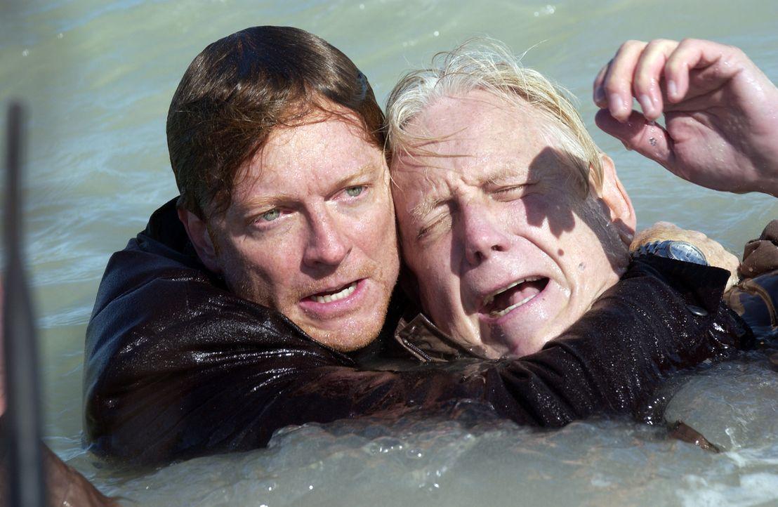 Emily und Bruce können mit ihrem Flugzeug dem Unwetter entkommen. Howard (Eric Stoltz, l.) und Stan (Bruce Davison, r.) überleben den merkwürdige... - Bildquelle: The Sci-Fi Channel