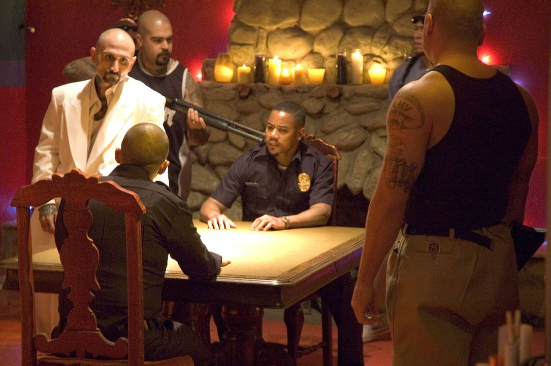 Obwohl der Cop Salim Adel (Cuba Gooding Jr., 2.v.r.) richtig Stress mit dem Drogenzar Roland (Robert LaSardo, r.) hat, beabsichtigt er dennoch, dies... - Bildquelle: Sony Pictures Television International. All Rights Reserved.