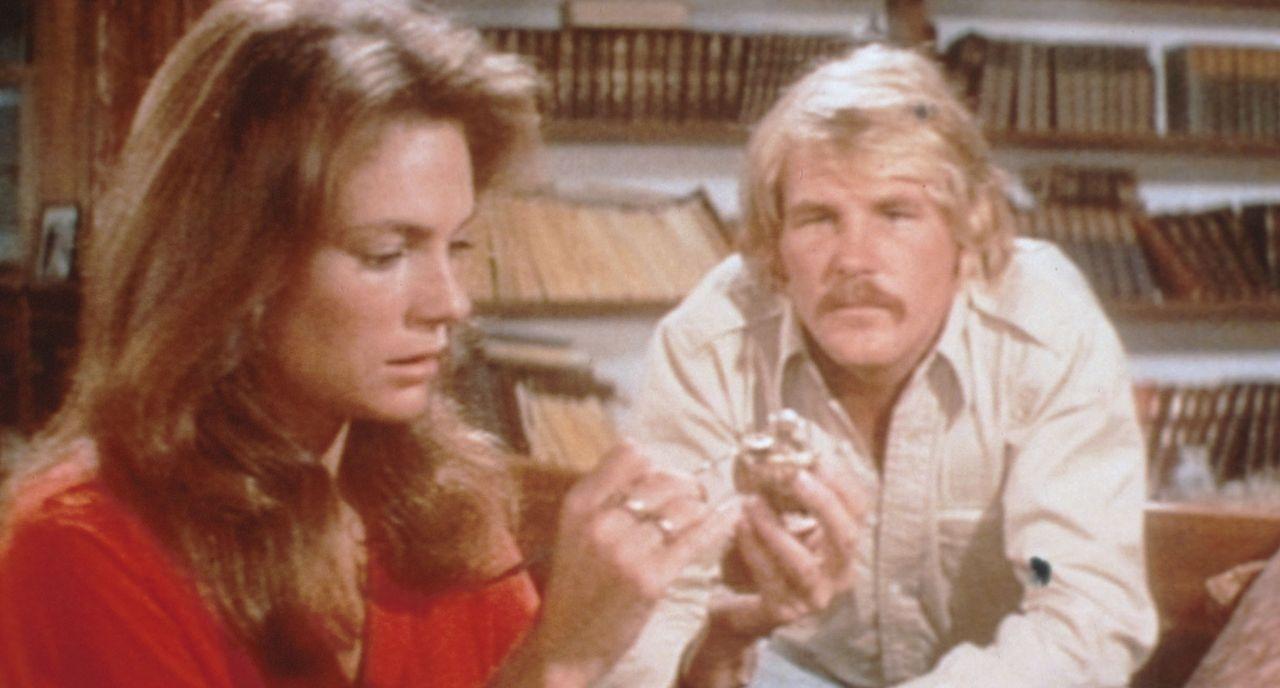 Gail (Jacqueline Bisset, l.) und David Sanders (Nick Nolte, r.) haben in einem Schiffswrack Goldmünzen und Morphiumampullen entdeckt... - Bildquelle: Columbia Pictures