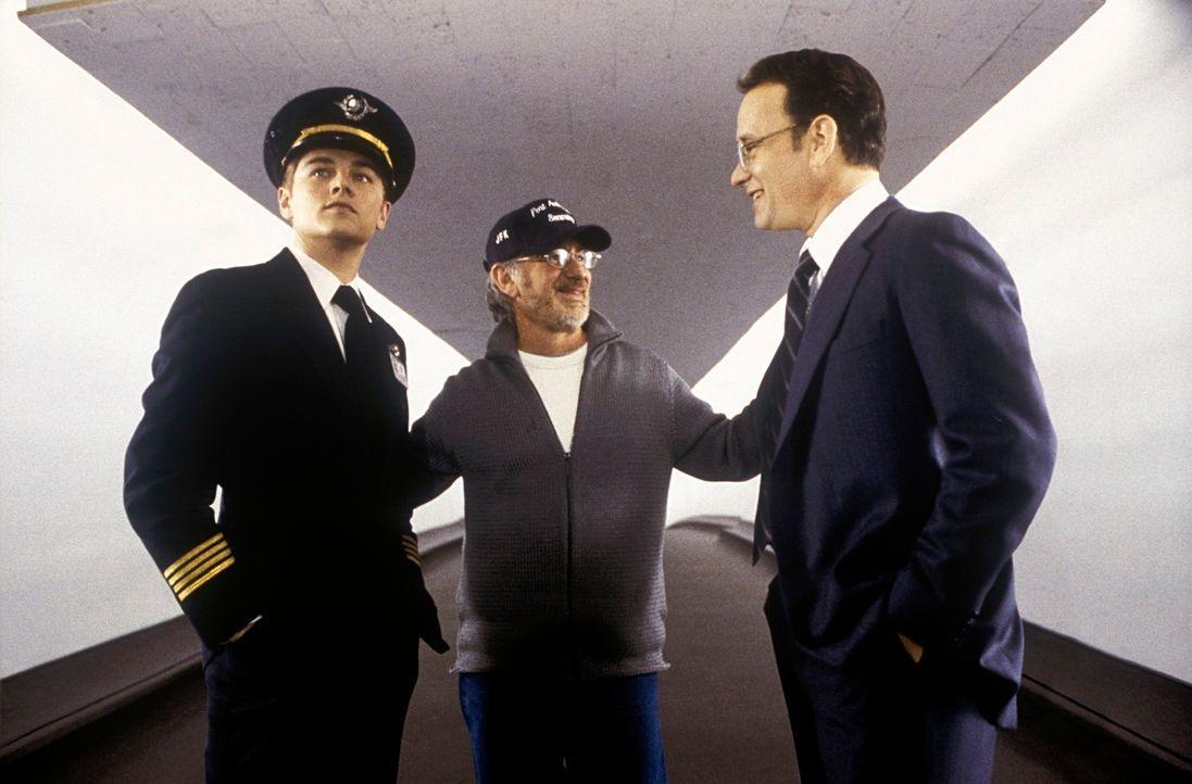 Regisseur Steven Spielberg, M. mit Leonardo DiCaprio, l. und Tom Hanks, r. - Bildquelle: TM &   2003 DreamWorks LLC. All Rights Reserved