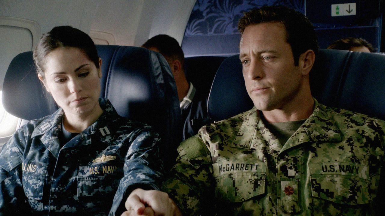 Steve (Alex O'Loughlin, r.) und Catherine (Michelle Borth, l.) fliegen nach Nordkorea, um die Leiche eines gefallenen Freundes zurückzubringen ... - Bildquelle: 2013 CBS Broadcasting, Inc. All Rights Reserved.