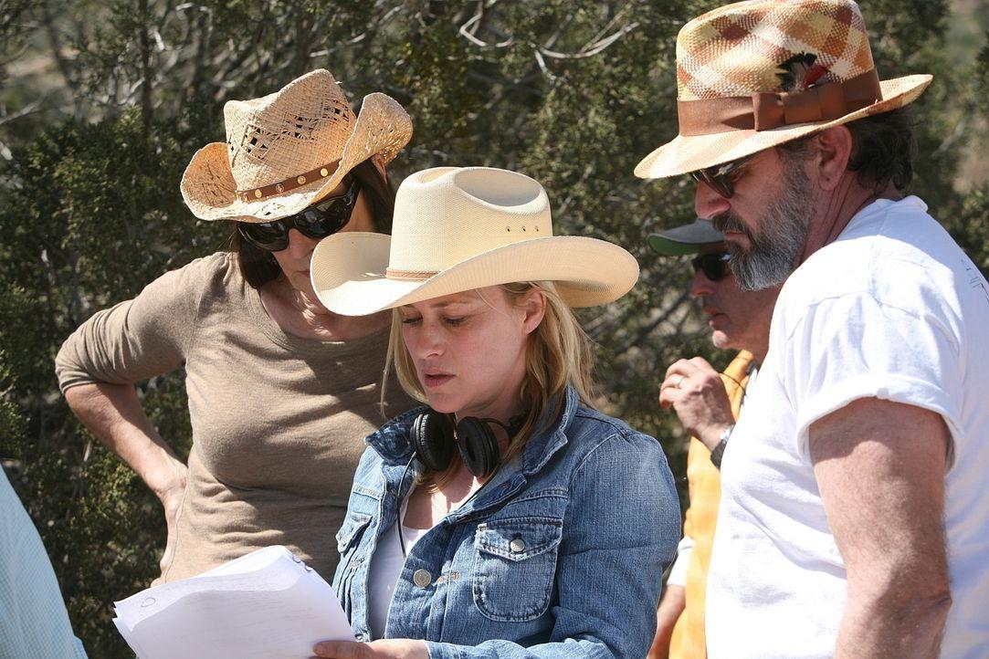 Bei den Dreharbeiten: Patricia Arquette (M.) führt Regie. - Bildquelle: Paramount Network Television