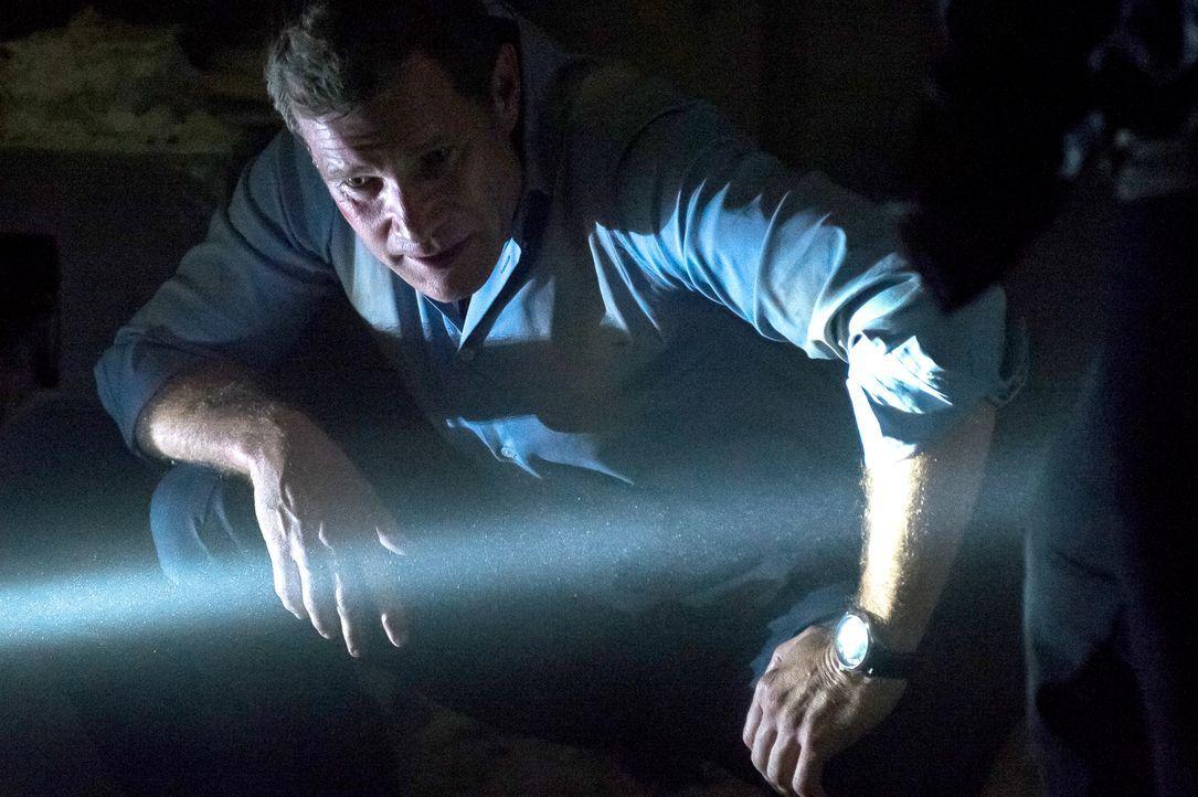 Nachdem es sich herausstellt, dass der Mann Spuren eines giftigen Sprengstoffs im Körper hatte, finden Carrie und Al (Dylan Walsh) heraus, dass der... - Bildquelle: 2013 Sony Pictures Television Inc. All Rights Reserved.