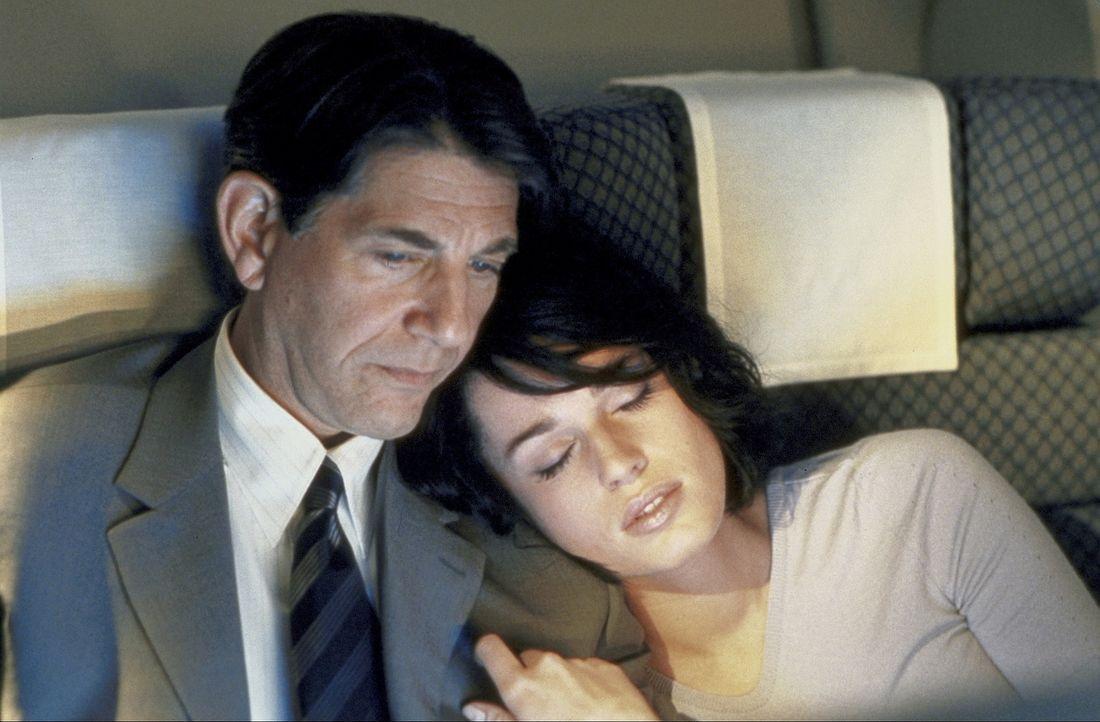 Aufgrund eines Zufalls gelingt es Laure (Rebecca Romijn-Stamos, r.), die Identität von Lily Watts anzunehmen, Tochter des einflussreichen US-Bürge... - Bildquelle: Epsilon Motion Pictures