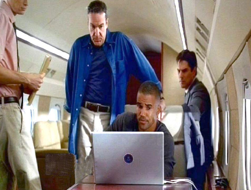 Das Team (v.l.n.r.: Mandy Patinkin, Shemar Moore, Thomas Gibson) begutachtet die von den Killern geschickten DVD's ... - Bildquelle: Touchstone Television