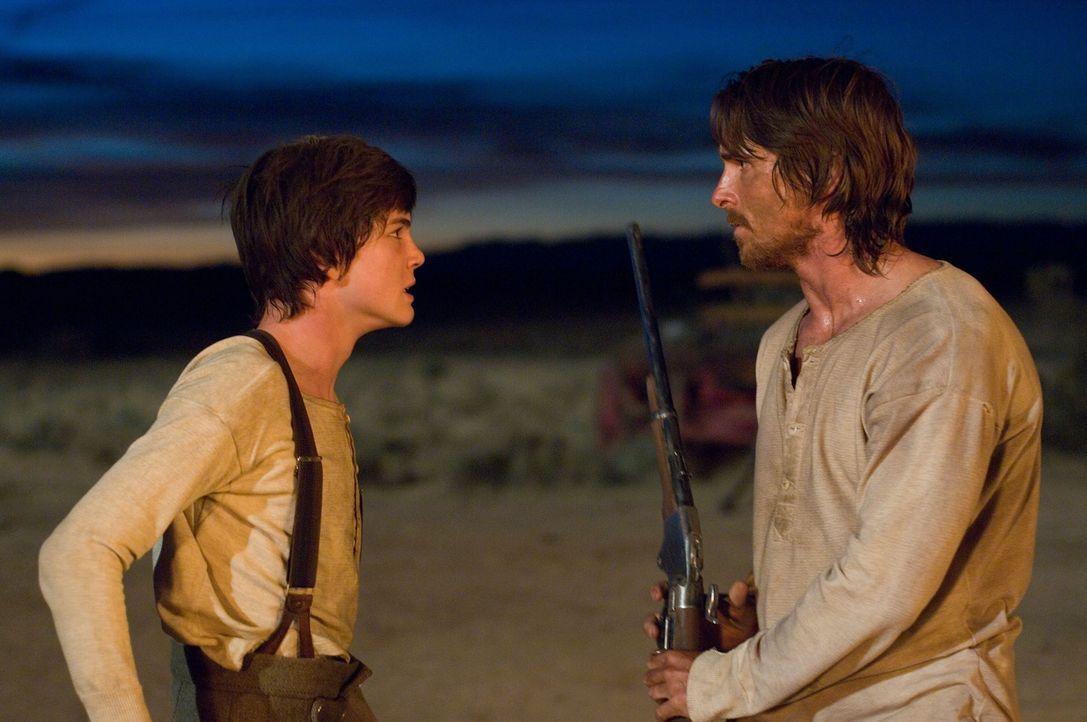 Fast zu spät erkennt William (Logan Lerman, l.), dass sein Vater (Christian Bale, r.) nicht nur ein Kämpferherz besitzt, sondern auch für seine F... - Bildquelle: 2007 Yuma, Inc. All Rights Reserved.