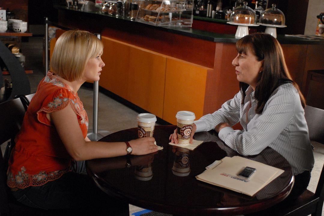 """Cynthia Keener (Anjelica Huston, r.) eine Mitarbeiterin von """"Ameritips"""" kommt bei der Suche nach der sechzehnjährigen Melanie Daniels nicht weiter u... - Bildquelle: NBC Universal, Inc."""