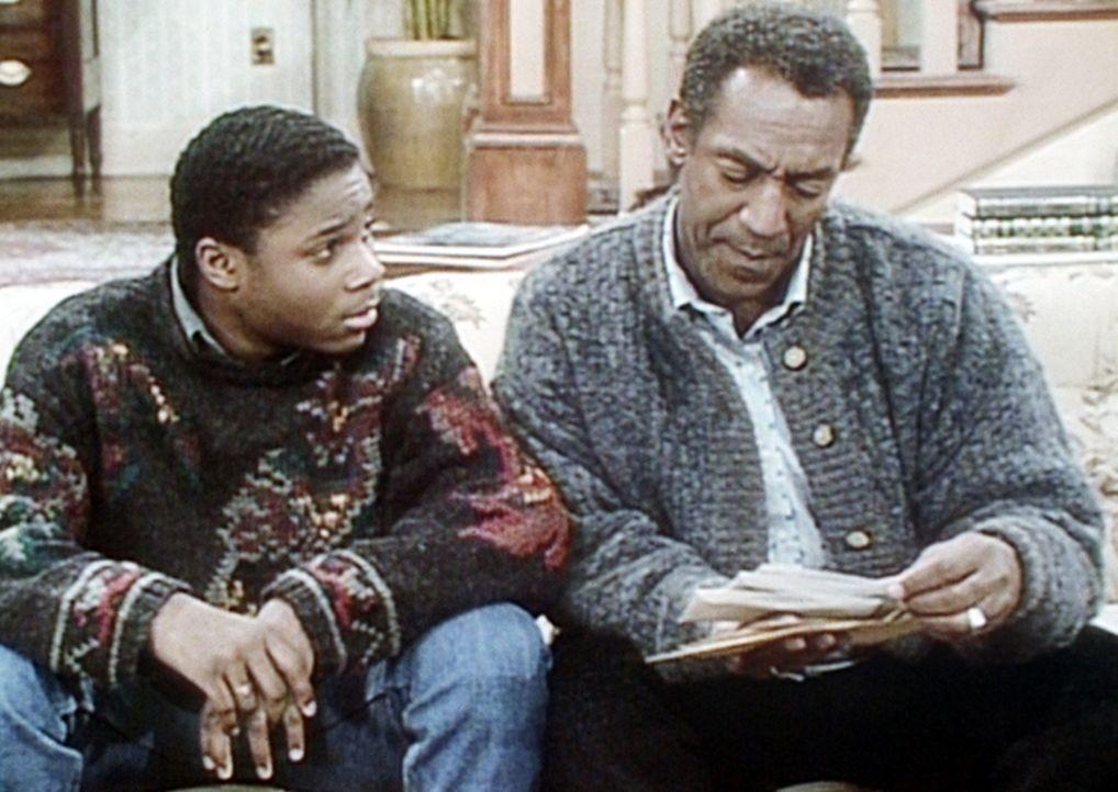 Cliff (Bill Cosby, r.) weist Theo (Malcolm-Jamal Warner, l.) darauf hin, dass auf den monatlichen Rechnungen sein Name steht und daher alle Entschei... - Bildquelle: Viacom