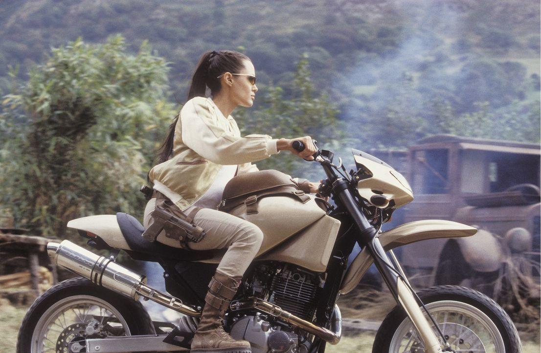 Auf ihrer Reise, um das Geheimnis hinter der Kugel zu entschlüsseln, muss Lara Croft (Angelina Jolie) um die halbe Welt reisen ... - Bildquelle: 2003 by Paramount Pictures. All Rights Reserved.