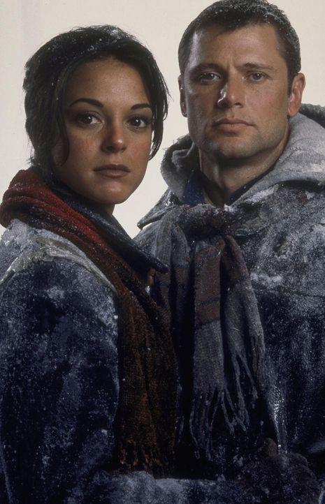 Robert (Grant Show, r.) und seine Freundin Julie (Audie England, l.) versuchen, sich zum geheimen U-Boot der Regierung durchzuschlagen ... - Bildquelle: Trimark Pictures