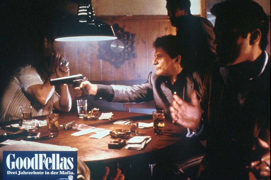 Tommy DeVito (Joe Pesci, 3.v.r.) bringt aus einem völlig unbedeutenden Grund den Mafioso Batts um ... - Bildquelle: Warner Bros.