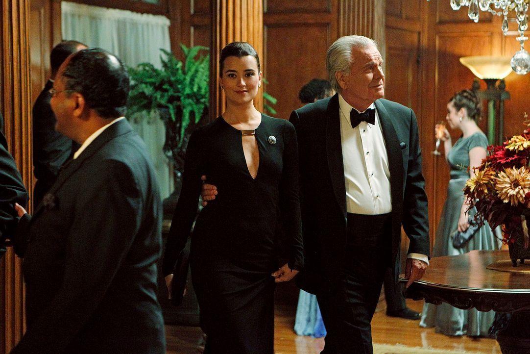 Ziva (Cote de Pablo, M.) geht zusammen mit Tony Sr. (Robert Wagner, r.) undercover auf eine Party, um Hinweise für einen Mordfall zu bekommen, doch... - Bildquelle: CBS Television