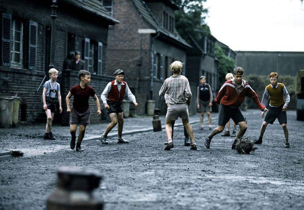 1954: Matthias Lubanski (Louis Klamroth, l.) und seine Freunde leben in einem Arbeiterviertel in Essen und vertreiben sich die Zeit am liebsten mit... - Bildquelle: Senator Film
