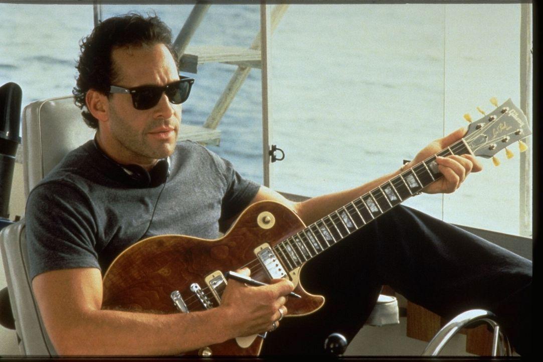 Dem lebenslustigen Musiker Terry Barnett (Steve Guttenberg) gefällt seine neue Nachbarin ausnehmend gut ...