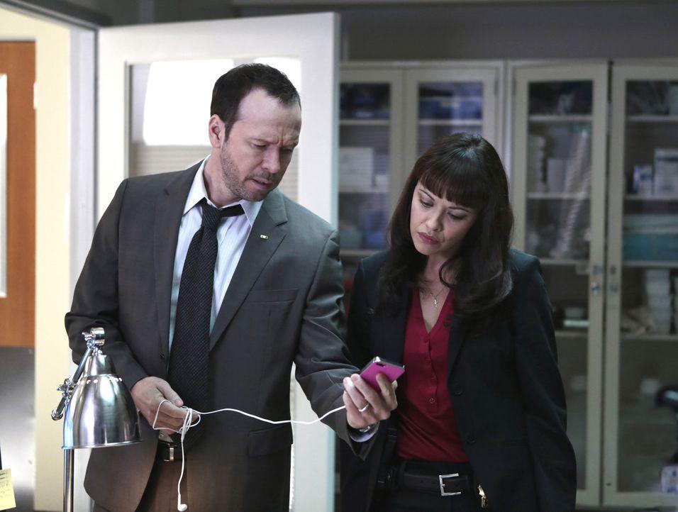 Ein Mädchen wird vor einen einfahrenden Zug gestoßen. Danny (Donnie Wahlberg, l.) und Maria (Marisa Ramirez, r.) ermitteln und zweifeln bald an der... - Bildquelle: 2013 CBS Broadcasting Inc. All Rights Reserved.