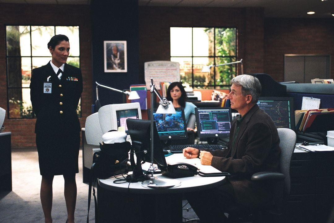 Commander Faith Coleman (Alicia Coppola, l.) vom JAG will Yost unbedingt hinter Gitter bringen, doch mit einem Trick gelingt es Gibbs (Mark Harmon,... - Bildquelle: CBS Television