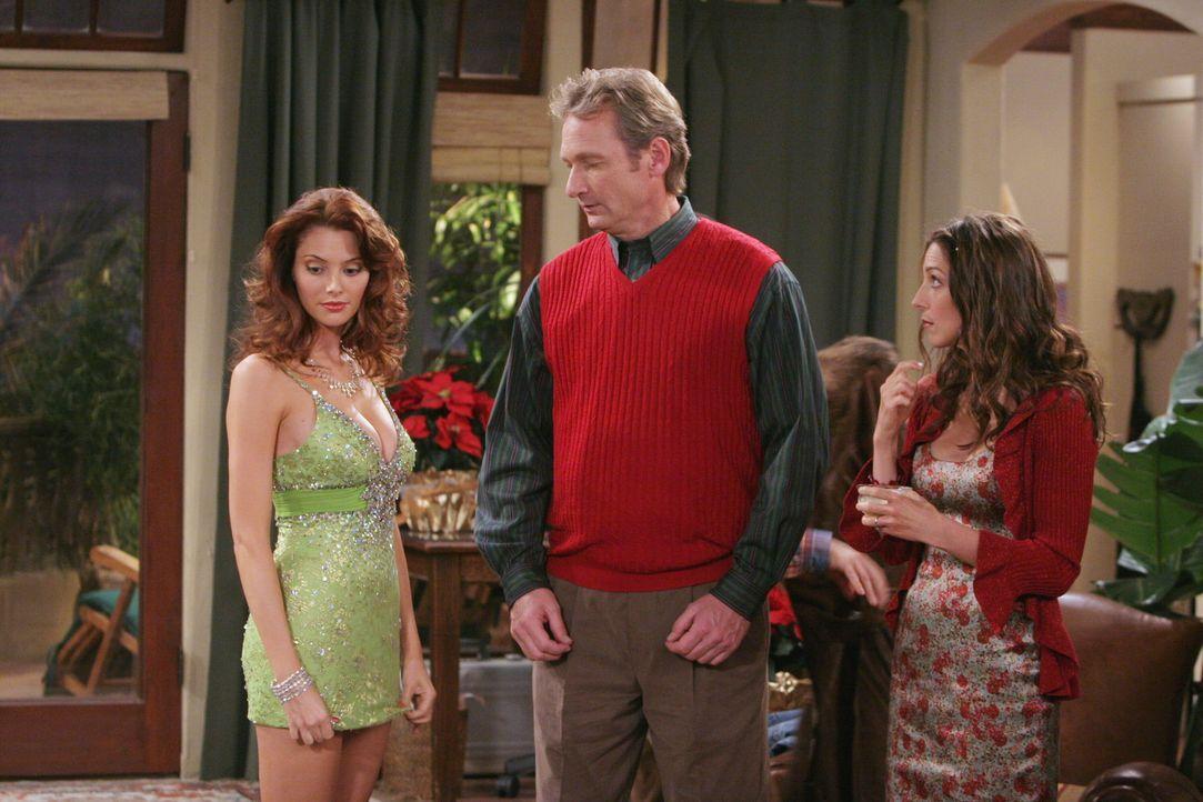 Eigentlich möchte Charlie den Weihnachtsabend ungestört mit seiner neuen Freundin Gloria im Bett verbringen - doch dann kommen plötzlich Kandi (A... - Bildquelle: Warner Brothers Entertainment Inc.