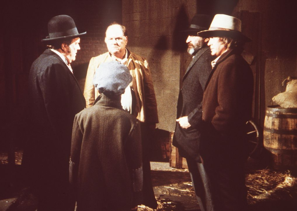 Callahin (M. Emmet Walsh, l.), Charles (Michael Landon, r.) und Mr. Edwards (Victor French, 2.v.r.) stellen den Bauunternehmer Drummond (Gene Ross,... - Bildquelle: Worldvision