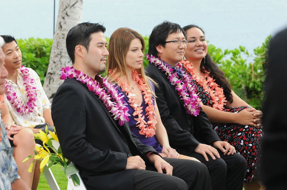 Chin und Malia geben sich das Ja-Wort. Dr. Bergman (Masi Oka, 2.v.r.) und Lori Weston (Lauren German, M.) nehmen an der Hochzeitsfeier teil ... - Bildquelle: TM &   CBS Studios Inc. All Rights Reserved.