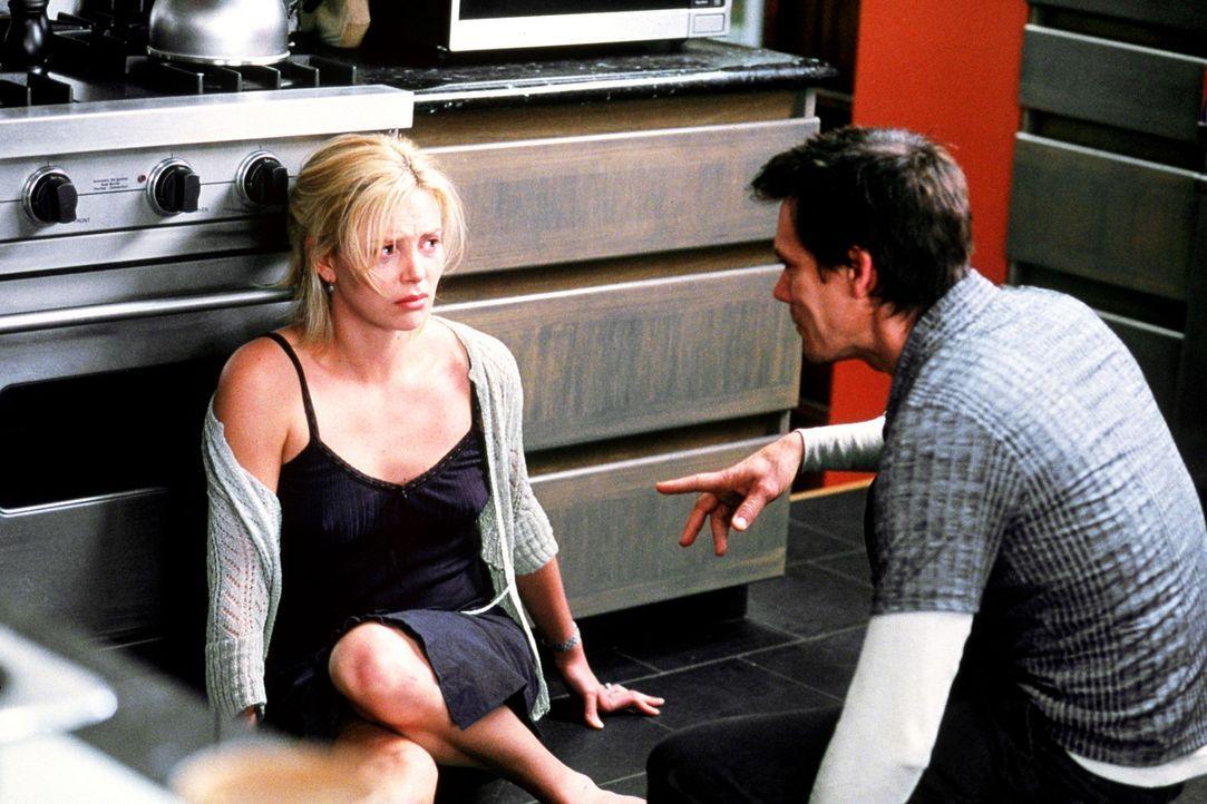 Während Marvin das Kind außerhalb der Reichweite schafft, hält Joe (Kevin Bacon, r.) die Mutter (Charlize Theron, l.) und Cheryl den Vater des Ki... - Bildquelle: Senator Film