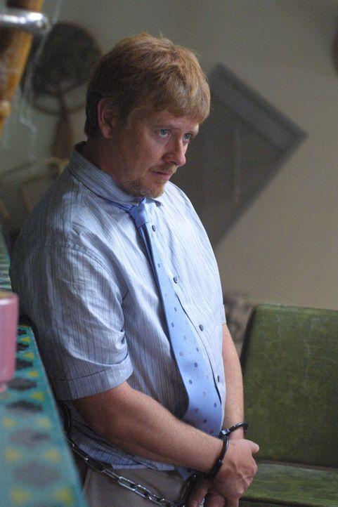 Horst Vanderhof (Dave Foley, l.) arbeitet für eine Auftragskillerin, die mysteriöse Lola. Er behauptet, sie nie gesehen zu haben, will den Cops aber... - Bildquelle: USA Network