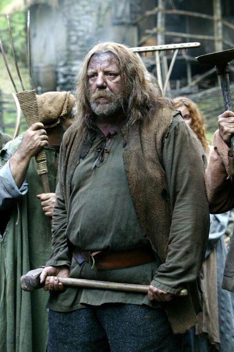 """Als sein Heimatdorf von feindlichen Mächten angegriffen wird, sieht sich Dunain (Dave """"Squatch"""" Ward) einer gewaltigen Übermacht entgegen. Da entw... - Bildquelle: 2004 Hallmark Entertainment Distribution, LLC"""