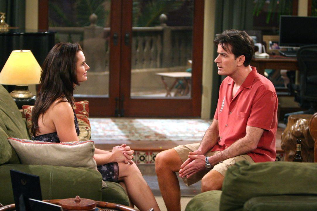 Nachdem Charlie (Charlie Sheen, r.) ein Geheimnis von Danielle (Brooke Shields, l.) erfahren hat, ist er von ihr angetan ... - Bildquelle: Warner Brothers Entertainment Inc.