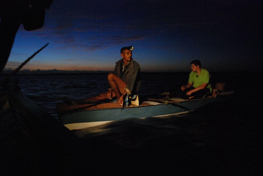 Fabian (r.) geht zusammen mit Laurant (l.) um 3 Uhr morgens zum Fischen. - Bildquelle: kabel eins