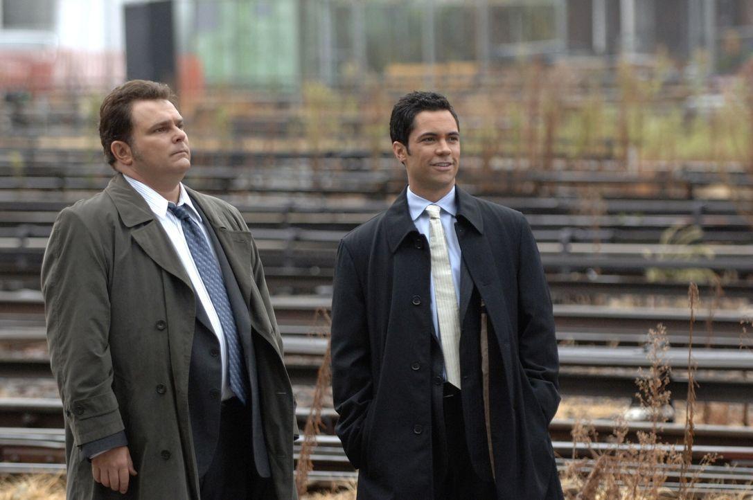 Im Laufe ihrer Ermittlungen stoßen Nick Vera (Jeremy Ratchford, l.) und Scott Vales (Danny Pino, r.) auf einen neuen Verdächtigen. - Bildquelle: Warner Bros. Television