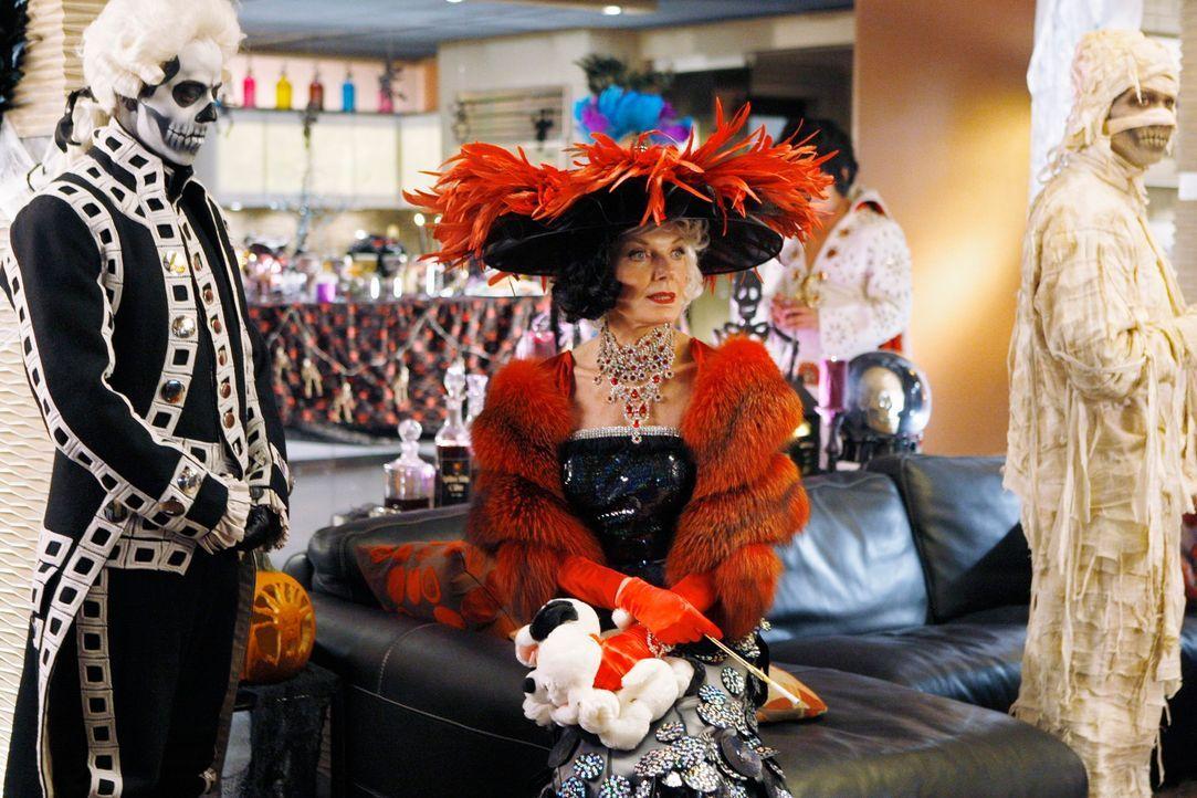 Die Halloween-Party ist ein voller Erfolg: Martha Rodgers (Susan Sullivan, M.) hat sich mit ihrem Kostüm extra viel Mühe gegeben. - Bildquelle: ABC Studios