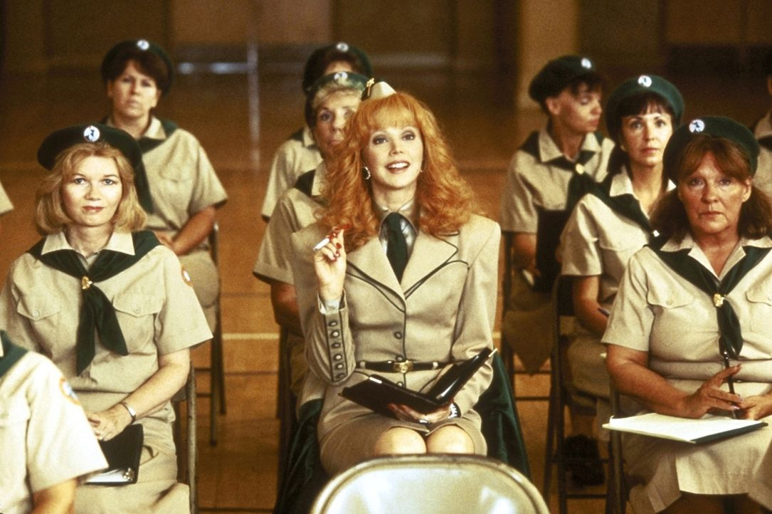Die verwöhnte Millionärs-Gattin Phyllis (Shelley Long, M.) erweist sich als gelehrige Pfadfinder-Schülerin ... - Bildquelle: Columbia Pictures