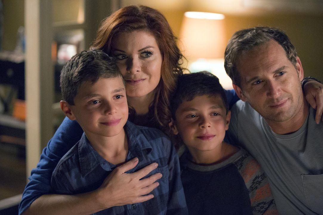Ein besonders schlimmer Fall von häuslicher Gewalt lässt Laura (Debra Messing, 2.v.l.) und Jake (Josh Lucas, r.) ihre kleine Familie mit ihren zwei... - Bildquelle: 2015 Warner Bros. Entertainment, Inc.