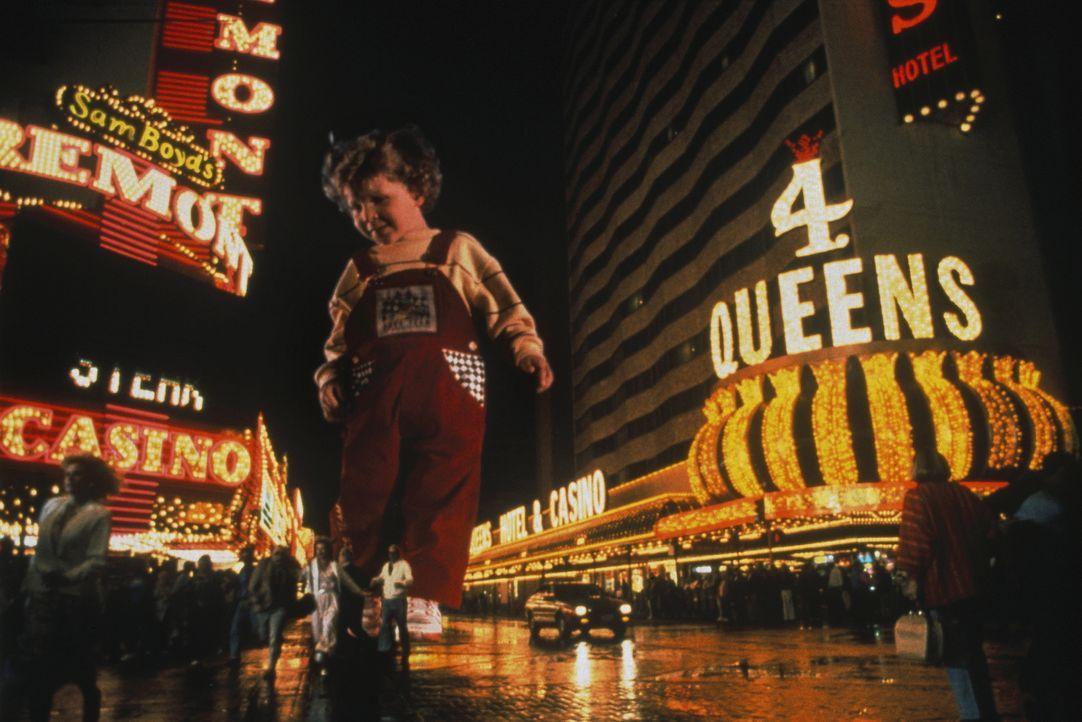 Riesenbaby Adam (Daniel Shalikar/Joshua Shalikar) fühlt sich magisch von den Lichtreklamen von Las Vegas angezogen. Eine Katastrophe droht ... - Bildquelle: Walt Disney