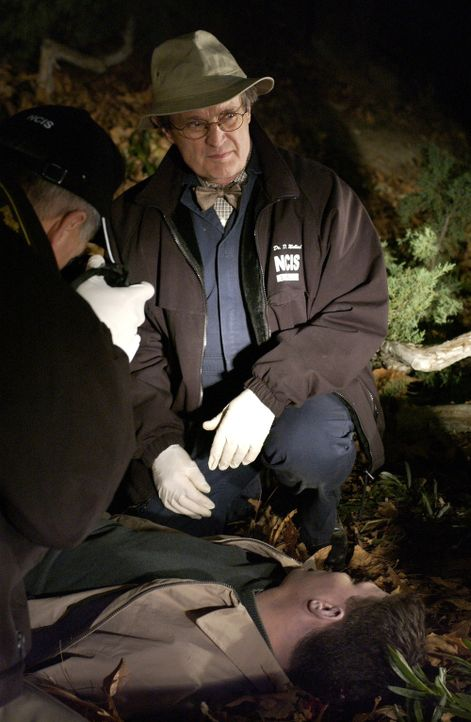 Wer ist der Mörder von Lambert? Gibbs (Mark Harmon, l.) und Ducky (David McCallum, r.) suchen nach Hinweisen, die den Fall lösen könnten ... - Bildquelle: CBS Television