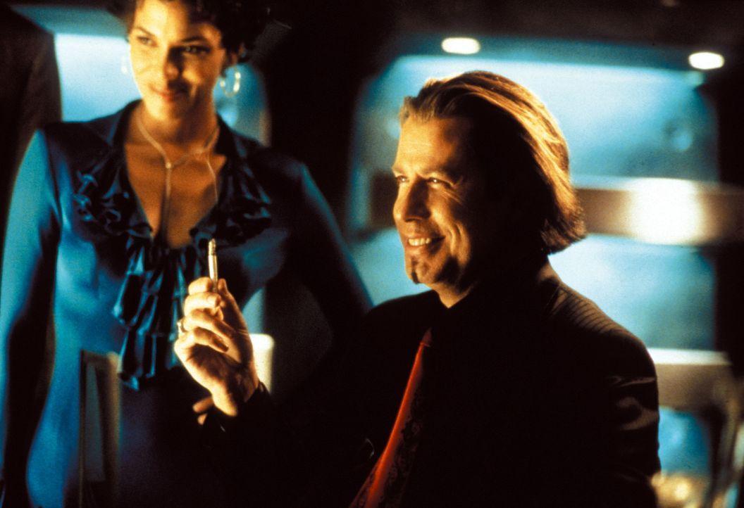 Plant mit Lockvogel Ginger (Halle Berry, r.) den ganz großen Coup: Gabriel Shear (John Travolta, r.) ... - Bildquelle: Warner Brothers International