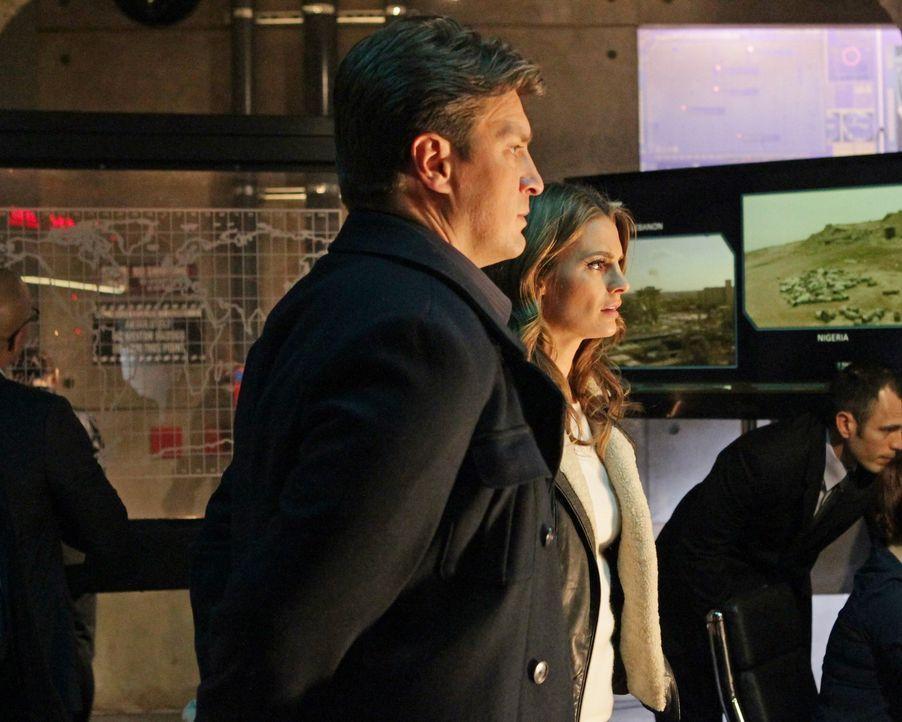 """Werden von der CIA ins Bootgeholt, um """"Pandora"""", ein von Gage geplantes Katastrophenszenario, zu verhindern: Beckett (Stana Katic, r.) und Castle (N... - Bildquelle: 2012 American Broadcasting Companies, Inc. All rights reserved."""