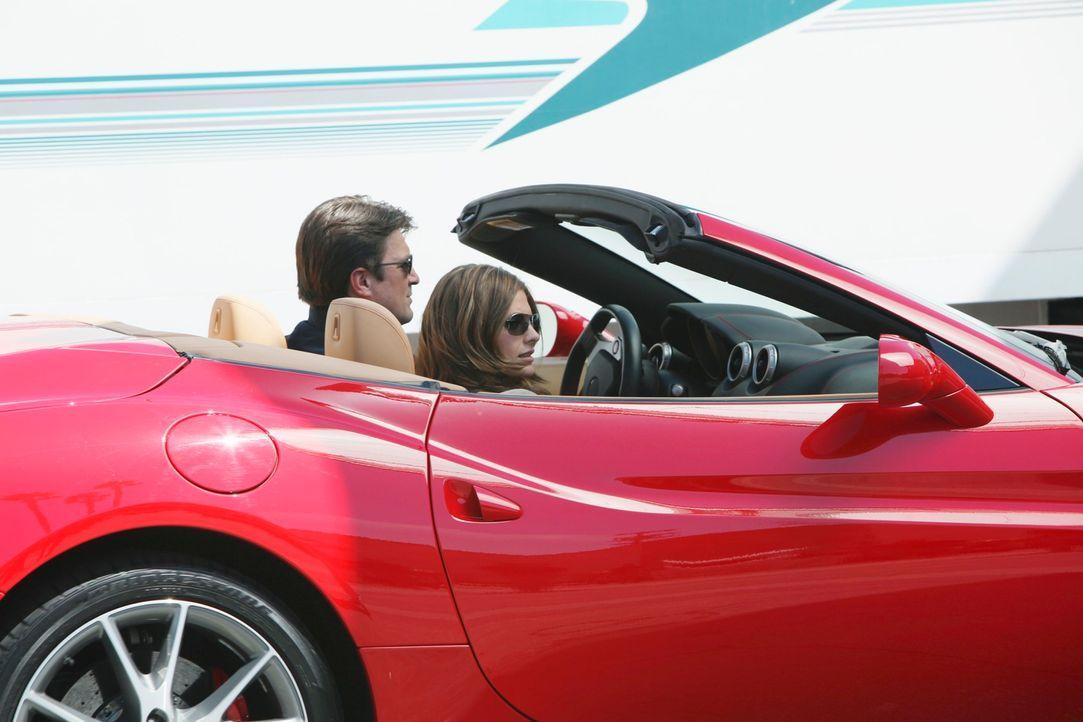 Ihre Ermittlungen führen Castle (Nathan Fillion, l.) und Beckett (Stana Katic, r.) nach L.A. ... - Bildquelle: ABC Studios