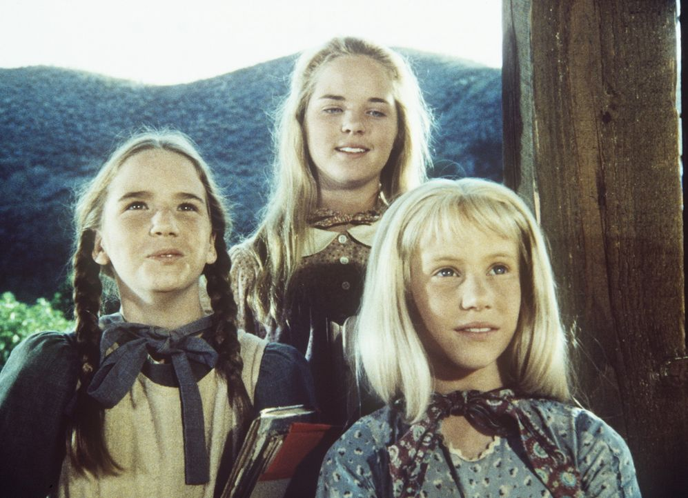 Laura (Melissa Gilbert, l.), Mary (Melissa Sue Anderson, M.) und Ginny (Rachel Longaker, r.) werden bei der Schulaufführung die Geschichte von den... - Bildquelle: Worldvision